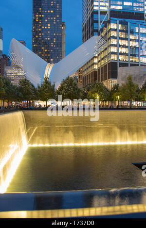 OCULUS (© SANTIAGO CALATRAVA 2018) WESTFIELD WORLD TRADE CENTER PFAD VERKEHRSKNOTENPUNKT IM NORDEN einen reflektierenden Pool DOWNTOWN MANHATTAN NEW YORK CITY USA - Stockfoto