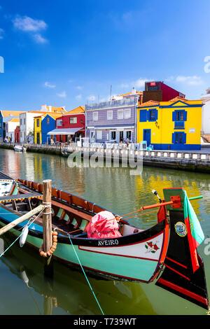 Traditionelle Boote auf dem Kanal in Aveiro, Portugal. Bunte Moliceiro Bootsfahrten in Aveiro sind beliebt bei Touristen mit Blick auf die reizvolle c genießen - Stockfoto