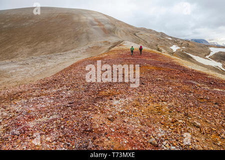 Zwei Frauen Rucksack auf einem Bergrücken an der Spitze oben gebrochen Berg im Tal von Zehntausend raucht, Katmai National Park, im Südwesten von Alaska - Stockfoto