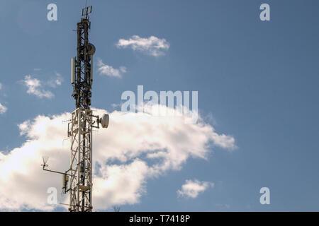 Handy-Antenne Sendeturm mit dem blauen Himmel und Wolken, Fernmeldeturm - Stockfoto