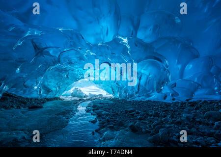 Blaues Gletschereis ist in einer Eishöhle im Terminus der Mendenhall Mendenhall Gletscher, See, Tongass National Forest ausgesetzt - Stockfoto