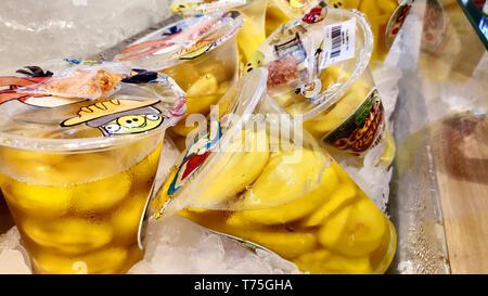 Saigon/Vietnam: 1 Apr 2019 - Lecker gelbe mango Scheiben mit Salz chilis würzige Soße vietnamesischen Street Food im Regal mit Eiswürfel - Stockfoto