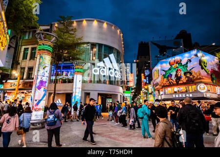 Masse der Käufer vor der Adidas store in Taipeh Shopping Viertel, einem der beliebtesten Einkaufsviertel in Taipei, Taiwan - Stockfoto