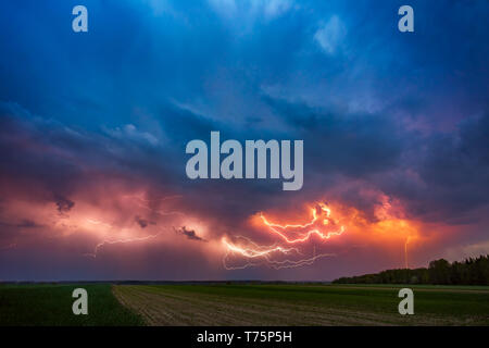 Blitz mit dramatischen Wolken zusammengesetzte Bild. Nacht Gewitter Sturm in Litauen