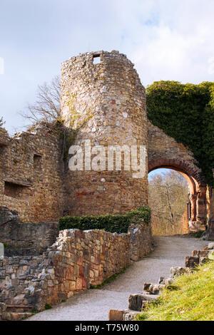 Burg Rötteln Burg Rötteln, Lörrach. Die Ruinen der mittelalterlichen Burg. Baden-Württemberg. Stein Turm und das Tor der Deutschen schloss. - Stockfoto