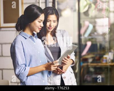 junge asiatische Kollegen Kollegen gemeinsam im Unternehmen Tagungsraum mit digital-Tablette. - Stockfoto