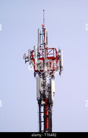 Telekommunikation Netzwerk Repeater, Base Transceiver Station. Turm der drahtlosen Kommunikation Antenne Sender und Repeater. Telecommunication Tower. - Stockfoto