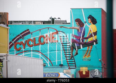Coney Island, NY - 10. März 2017: Zyklon Wandmalerei des berühmten achterbahnen von Coney Island in Brooklyn, NY - Stockfoto
