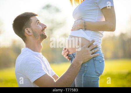Glückliches Paar erwarten Baby, schwangere Frau mit Mann, junge Familie und das neue Leben Konzept - Stockfoto