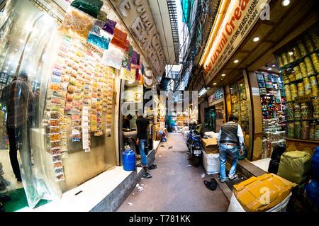 Delhi, Indien - ca. 2019: Menschen zu Fuß durch die engen Gassen von chandni Chowk. Das alte Erbe Markt ist der beste Ort zum traditionellen n - Stockfoto