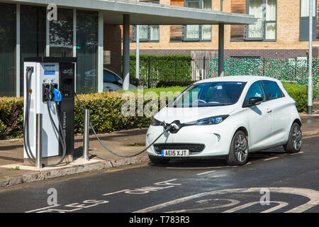 Elektroauto gesteckt Evolt Point in Cambridge, England, UK. - Stockfoto