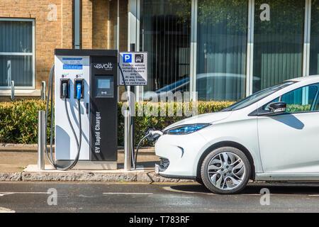 Elektroauto gesteckt Evolt Point in Cambridge, England, UK. - Stockfoto