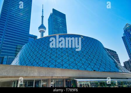 Toronto, Kanada-12 Oktober 2018: Innenstadt U-Bahn Square Plaza in der Nähe und Roy Thompson Konzerthalle, ein Haus auf dem Toronto Symphony Orchestra und Toronto - Stockfoto