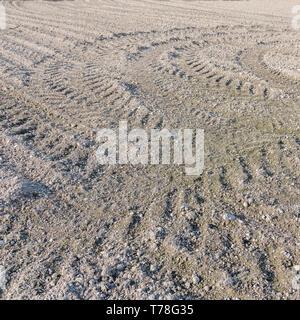 Getrocknete Erde in einem GEPFLÜGTEN/gepflügten Feldes, mit Furchen/Reifenspuren. Gepflügten Boden, gepflügte Erde. - Stockfoto