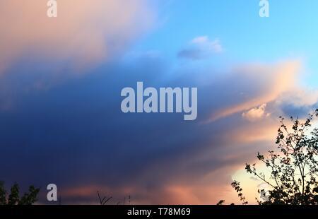 Hohe Auflösung bunten Sonnenuntergang und Sonnenaufgang wolken Formationen am Himmel - Stockfoto