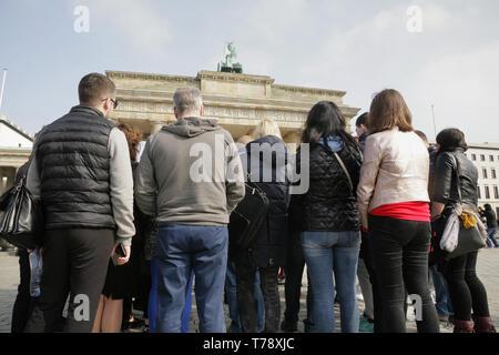 Touristen vor dem Brandenburger Tor, Berlin, Deutschland. - Stockfoto