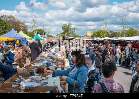 Berlin, Deutschland - Mai, 2019: Menschen auf Flohmarkt am Mauerpark am Sonntag in Berlin. - Stockfoto