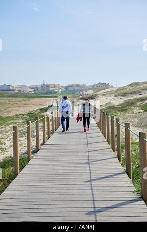 Paar auf Holz zu Fuss über die Dünen in Portugal, in der Nähe des Strandes - Stockfoto