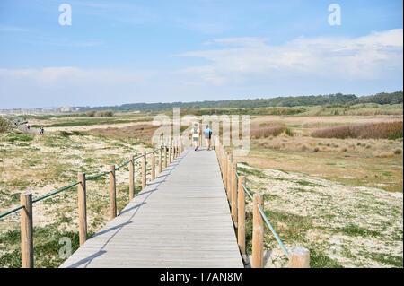 Paar auf Holz- zu Fuss über die Dünen in Portugal, in der Nähe des Strandes runing - Stockfoto