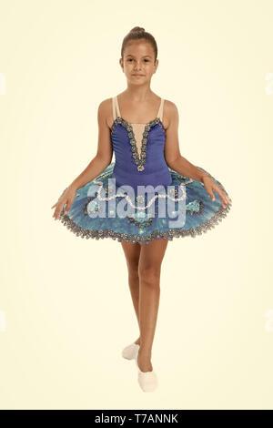 Kleines Mädchen im Ballett. Kleine Ballerina in blauer Tutu. Adorable ballerina Mädchen nehmen Tanzstunde. Dancing Queen. Es braucht Disziplin, die Besten zu sein. - Stockfoto