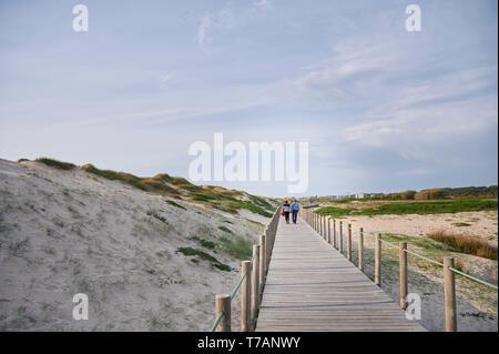 Holz- zu Fuss über die Dünen in Portugal, in der Nähe des Strandes - Stockfoto