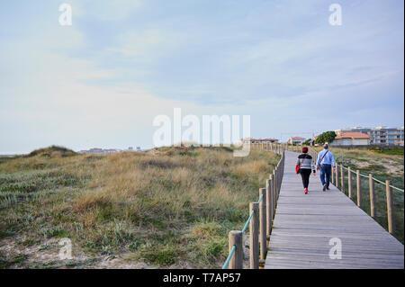 Paar auf der hölzernen zu Fuss über die Dünen in Portugal, in der Nähe des Strandes - Stockfoto