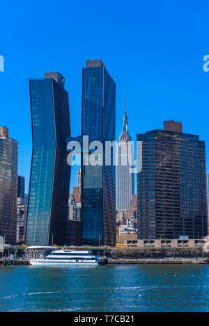 Blick von Osten zum Fluss zum Empire State Building - Manhattan Skyline von New York, USA