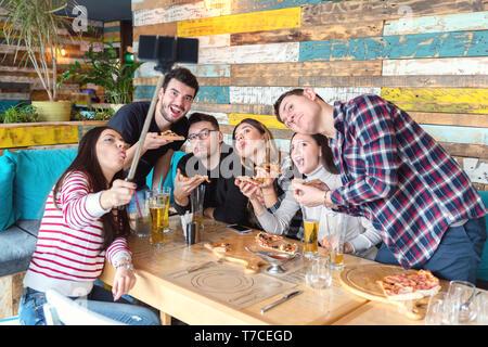 Beste Freunde unter selfie mit lustigen Gesichtern bei Party - Stockfoto