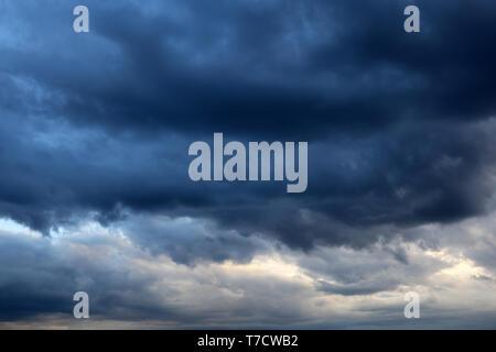 Sturm Himmel mit dunklen Wolken cumulus vor dem Regen bedeckt. Dunkle bewölkter Himmel, bewölkten Tag, schöne dramatischen Hintergrund für stürmisches Wetter - Stockfoto