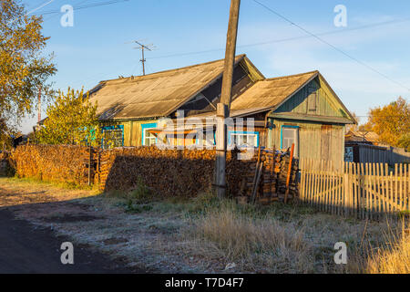 Holz, altes Haus in Kozyriewsk auf der Halbinsel Kamtschatka. Holz Zusammensetzung vor dem Haus, Russland. - Stockfoto