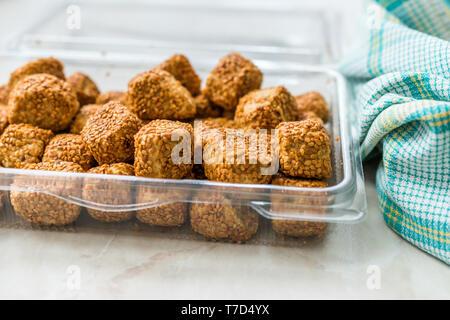 Türkische salzige Bäckerei Bagel Kugeln Kahke Simit mit Sesam/gesalzene Snacks in Kunststoff WM-Paket oder Container. Traditionelle Speisen. - Stockfoto