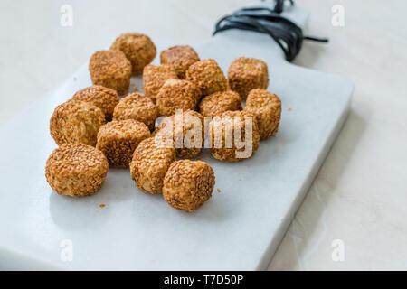 Türkische salzige Bäckerei Bagel Kugeln Kahke Simit mit Sesam/gesalzene Snacks. Traditionelle Snacks. - Stockfoto