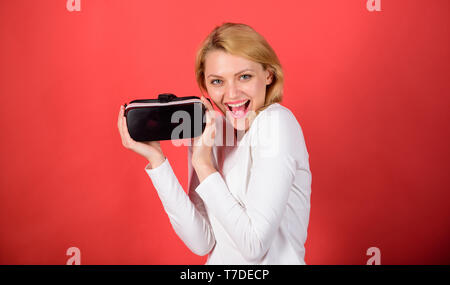 Junge Frau mit einem Virtual reality Headset mit konzeptionellen Netzwerk Linien. Frau mit Virtual reality Headset. Eine Person in virtuellen Gläser Fliegen im Zimmer Platz. Office Innovation - Stockfoto