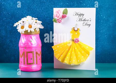 Diy Muttertag Vase mit Text aus einem Glas, rosa Farbe, funkelt Glitzer, Stars und Gold Ribbon. Geschenk Idee, Dekor Muttertag. Schritt für Schritt. Nach oben V - Stockfoto
