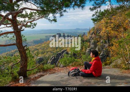Wanderer in der gratweg Schrammsteine, Nationalpark saechsischen Schweiz, Sachsen, Deutschland - Stockfoto