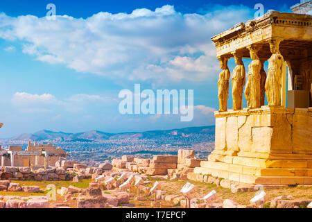 Stein Veranda mit Karyatiden in Erechtheion Tempel auf der Akropolis, Athen in Griechenland mit Blick auf die Stadt und den Sonnenuntergang Licht selektiven Fokus - Stockfoto