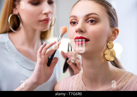 Porträt einer schönen jungen Frau - Stockfoto