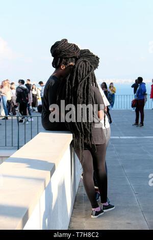 Gruppe von Mädchen Junge schwarze Frauen mit afrikanischen Frisuren Haarverlängerung zusammen in der Alfama von Lissabon Portugal Europa EU-KATHY DEWITT - Stockfoto