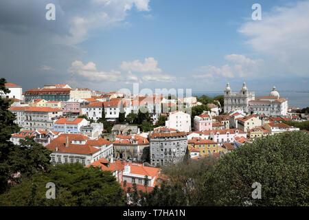 Ein Blick über die Dächer der Gebäude in Alfama gegenüber der Kirche von Sao Vicente von Foren in Lissabon Portugal Europa EU-KATHY DEWITT