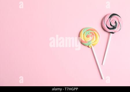Süße Bonbons mit Platz für Text auf farbigen Hintergrund, Ansicht von oben - Stockfoto