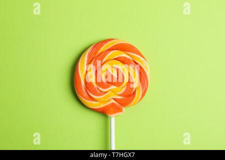 Süßigkeiten mit Platz für Text auf Farbe, Hintergrund, Nahaufnahme - Stockfoto
