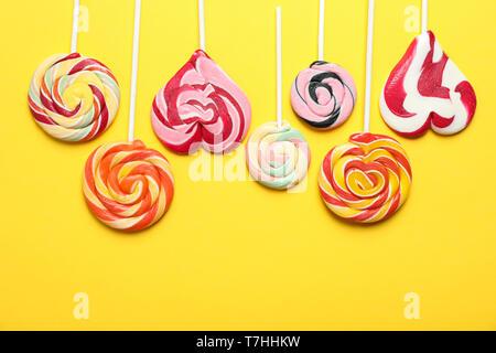 Flach Zusammensetzung mit verschiedenen Süßigkeiten und Platz für Text auf farbigen Hintergrund - Stockfoto