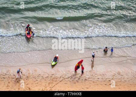 Luftaufnahme von touristische Menschen Massen ist entspannend mit ihrer Tätigkeit am wunderschönen Strand mit warmen Sonnenlicht im Sommer in Thailand Reise- und l - Stockfoto