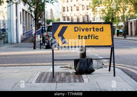 Gelbe umgeleiteten Verkehr Schild in einer britischen Stadt Straße - Stockfoto