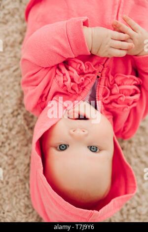 Blick von oben Der süsse kleine Mädchen liegt auf dem Boden - Stockfoto