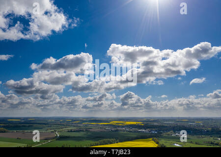 Eine traumhafte blauer Himmel mit weißen Schafe Wolken über grüne und gelbe Felder - Stockfoto