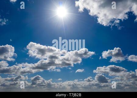 Eine traumhafte blauer Himmel mit weißen Wolken Schafe - Stockfoto