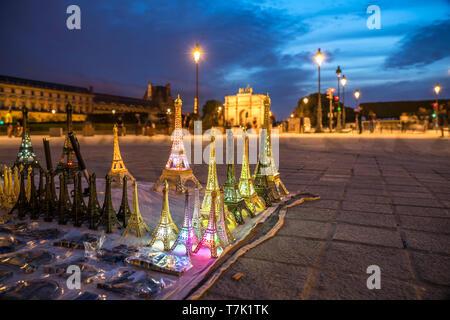Miniatur Eiffelturm als Souvenir vor dem triumphbogens Arc de Triomphe du Carrousel in der Abenddämmerung, Paris, Frankreich | souvenir Miniatur eiff - Stockfoto
