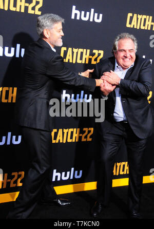 Hollywood, Kalifornien, USA. 7. Mai, 2019. Executive Produzent/Regisseur, Schauspieler George Clooney und Chief Executive Officer der Paramount Studios Jim Gianopulos Besuchen von Hulu Catch-22 US-Premiere am 7. Mai 2019 an TCL Chinese Theatre in Hollywood, Kalifornien, USA. Credit: Barry King/Alamy leben Nachrichten - Stockfoto