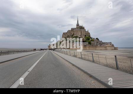 Touristen auf der Brücke zum Mont Saint Michel, Normandie, Frankreich - Stockfoto